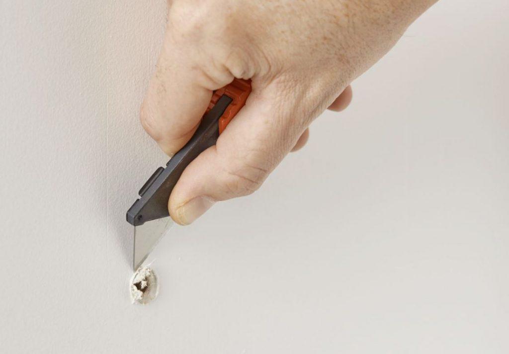 como tapar un agujero en la pared