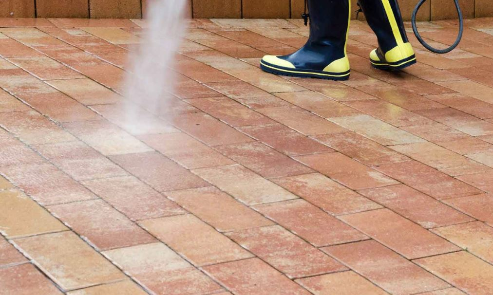 limpiar las baldosas del patio