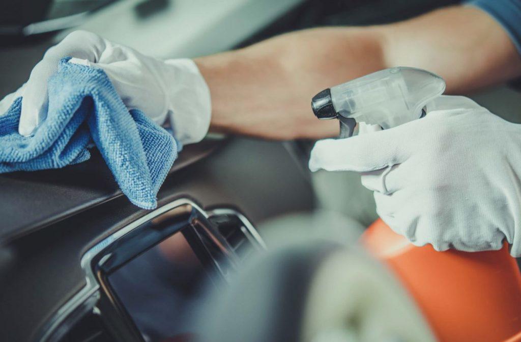 limpiar salpicadero coche