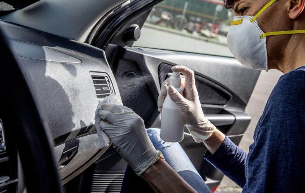 limpiar salpicadero coche pegajoso
