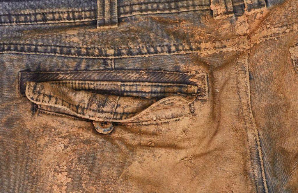 quitar manchas de tierra roja en pantalones